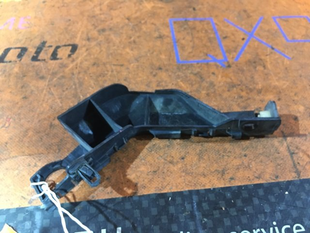 Крепление бампера на Toyota Voxy AZR60G